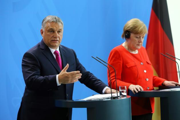 Le Premier ministre hongrois Viktor Orban et la chancelière allemande Angela Merkel, le 5 juillet 2018 à Berlin [Omer MESSINGER / AFP/Archives]