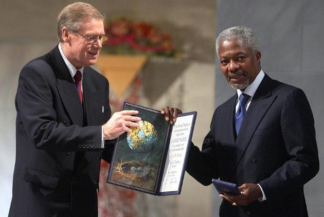 Le secrétaire général de l'ONU Kofi Annan reçoit des mains du président du comité Nobel Gunnar Berge (à gauche) le prix Nobel de la Paix, le 10 décembre 2001 à Oslo [Heiko JUNGE / SCANPIX/AFP/Archives]