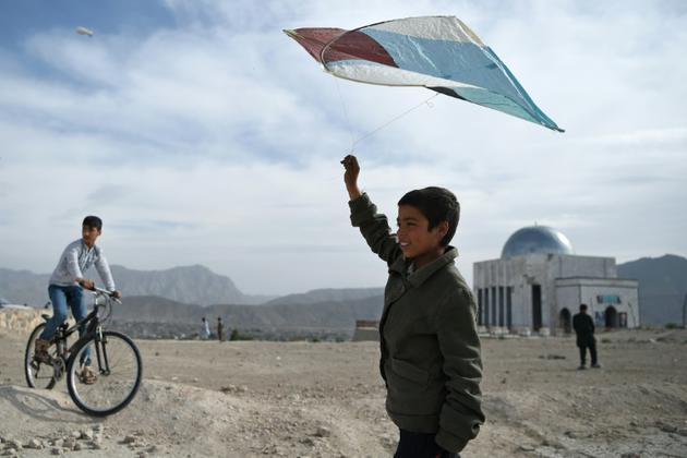 Photo du 13 avril 2018 montrant un garçon afghan avec son cerf-volant à Kaboul [Wakil KOHSAR / AFP]