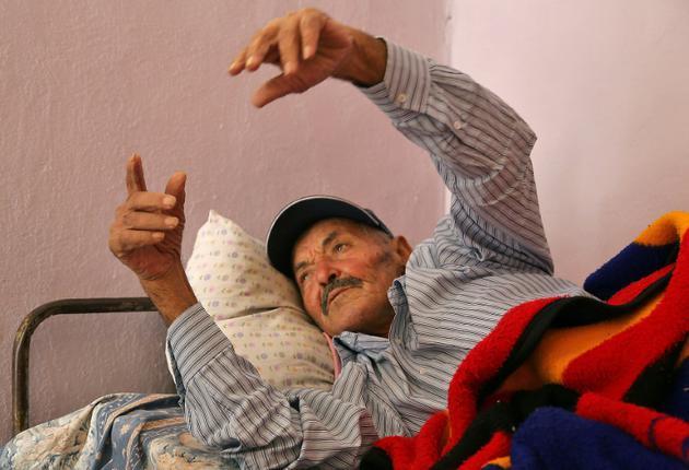 Le père de la jeune Tunisienne qui s'est fait exploser lundi à Tunis blessant 20 personnes, alité en raison d'une fracture, ne comprend aps comment sa fille a pu commettre un tel geste. Photo prise à Zorda, le 30 octobre 2018 [ANIS MILI / AFP]