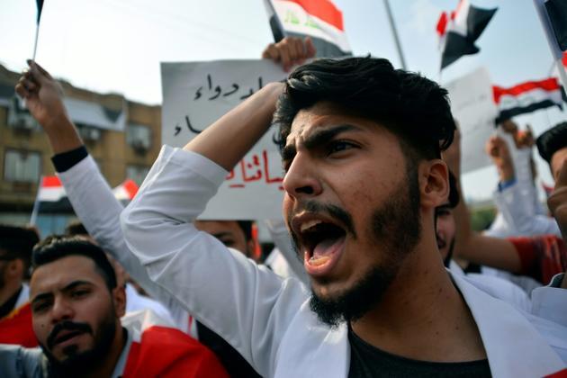 Des étudiants en médecine manifestent contre le gouvernement irakien dans la ville de Najaf, le 28 octobre 2019  [- / AFP]