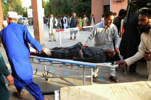 Un blessé est transporté vers l'hôpital, après un attentat suicide le 16 juin 2018 à Jalalabad, revendiqué par l'Etat islamique [NOORULLAH SHIRZADA / AFP]