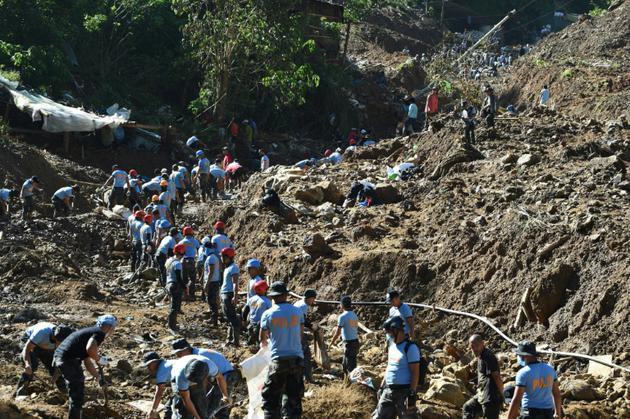 Recherche de survivants après un glissement de terrain provoqué par le typhon Mangkhut, le 18 septembre 2018 à Itogon, aux Philippines [TED ALJIBE / AFP]