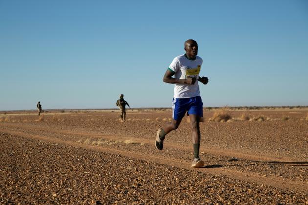 Un participant au premier marathon organisé au Niger court dans le désert près d'Agadez, le 29 décembre 2019.<br />  [Nora Schweitzer / AFP]