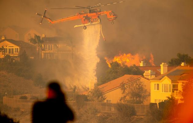 Un hélicoptère largue de l'eau pour tenter de stopper l'incendie baptisé