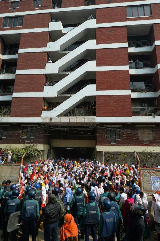 Des ouvriers du textile au Bangladesh manifestent devant leur usine pour réclamer des hausses de salaire, le 10 janvier 2019 à Dacca [Munir UZ ZAMAN / AFP/Archives]
