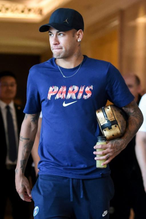 Neymar quitte l'hôtel des joueurs pour se rendre à une séance d'entraînement, le 2 août 2018 à Shenzhen [Anne-Christine POUJOULAT / AFP]