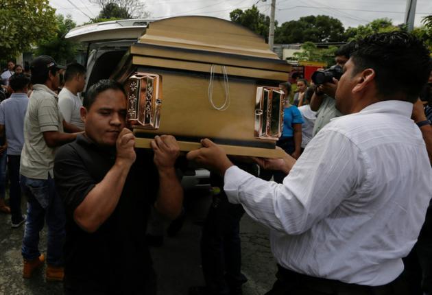 Des amis et parents aux funérailles d'un jeune de 14 ans tué dans des heurts avec les forces de police, le 1er juin 2018 à Managua, au Nicaragua [Inti OCON / AFP]
