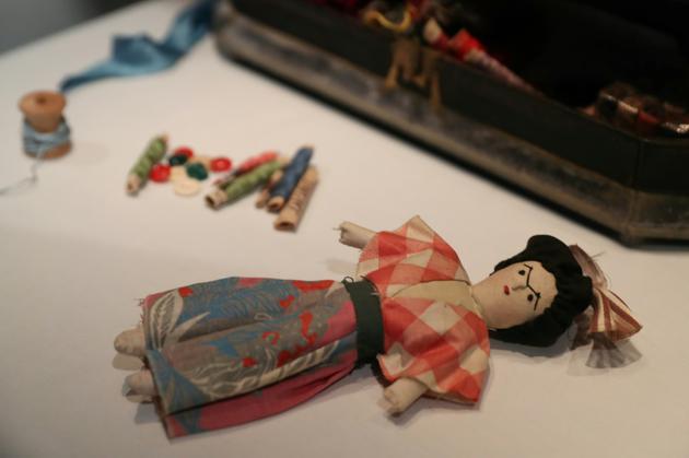 Une poupée exposée au Victoria & Albert Museum de Londres dans le cadre d'une exposition consacrée à FRida Kahlo à Londres, le 13 juin 2018 [Daniel LEAL-OLIVAS / AFP]