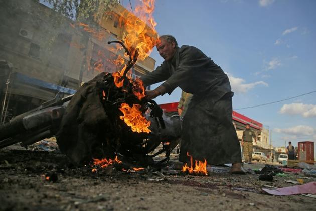 Un Syrien regarde une moto enflammée sur les lieux d'une explosion à la voiture piégée, dans la ville de Tal Abyad, dans le nord syrien, le 2 novembre 2019 [Bakr ALKASEM / AFP]