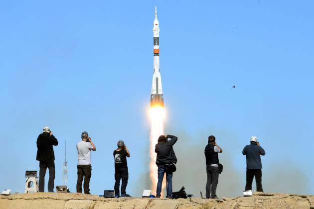 Des photographes prenant des photos du décollage de Soyouz le 11 octobre 2018 sur le cosmodrome de Baïkonour. [Kirill KUDRYAVTSEV / AFP]