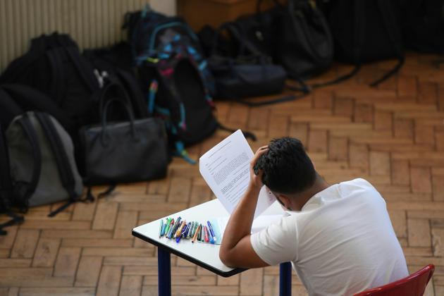 Un lycéen planche sur l'épreuve de philosophie du baccalauréat le 18 juin 2018 au lycée Pasteur de Strasbourg [FREDERICK FLORIN / AFP]