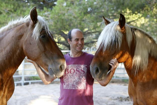 Erwan Berroche, créateur de la société Terra D'Avvene, pose à Calvi avec des chevaux le 28 juillet 2018 [PASCAL POCHARD-CASABIANCA / AFP]
