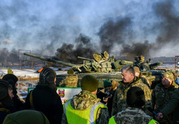 Photo diffusée le 28 novembre 2018 par le service de presse de la présidence ukrainienne montrant le président Petro Porochenko s'entretenant avec des tankistes lors d'exercices dans le nord du pays. [MYKOLA LAZARENKO / UKRAINIAN PRESIDENTIAL PRESS SERVICE/AFP]