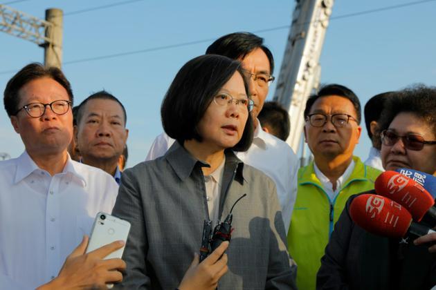La présidente du pays Tsai Ing-wen (c) à la gare de Xinma (Taïwan) le 22 octobre 2018 [Daniel Shih / AFP]