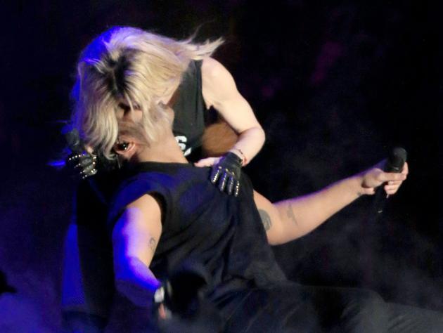Madonna (g) et Drake s'embrassent sur scène au festival de Coachella en 2015, en Californie [Christopher Polk / Getty/AFP/Archives]