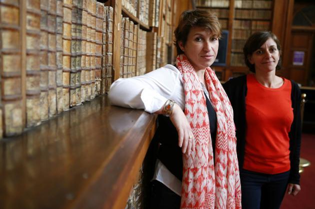 Elisabeth Perié, responsable des bibliothèques d'Ajaccio, et Vannina Schirinsky-Schikhmatoff, conservatrice, dans la bibliothèque d'Ajaccio, le 18 avril 2018 [PASCAL POCHARD-CASABIANCA / AFP]