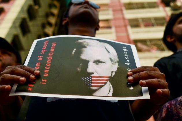 Une personne participe à une chaîne humaine demandant la libération de Julian Assange, le 23 avril 2019 à Dacca [MUNIR UZ ZAMAN / AFP/Archives]