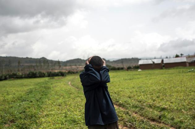 Un homme pleure la perte des siens dans le village de Nghar, le 27 juin 2018, dans un massacre intercommunautaire dans le centre du Nigeria. [STEFAN HEUNIS / AFP]