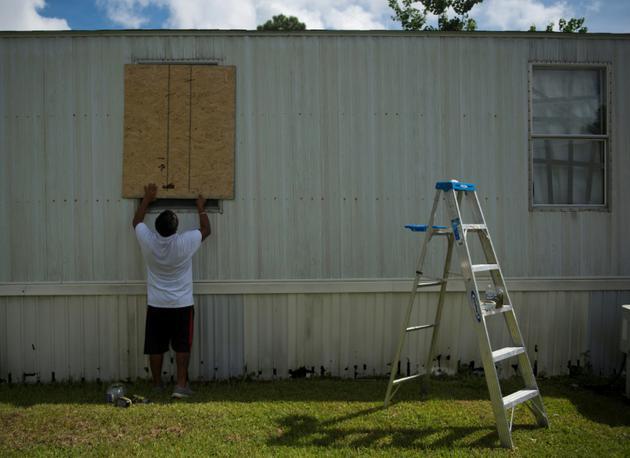 Un homme se préparant à l'arrivée de Florence à Wilmington, en Caroline du Nord, le 12 septembre 2018 [ANDREW CABALLERO-REYNOLDS / AFP]