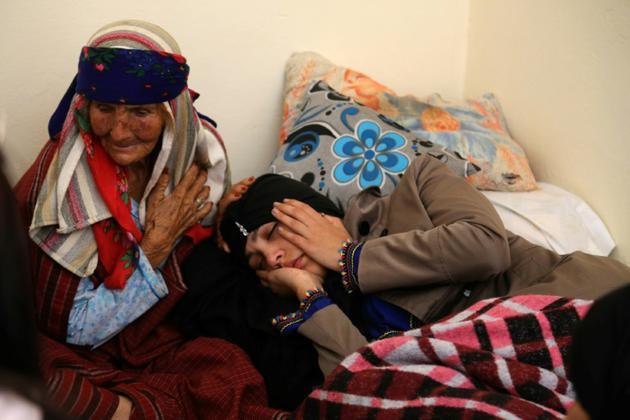 Des proches de Mna Guebla, jeune femme qui s'est fait exploser lundi à Tunis, en état de choc dans leur village de Zorda le 30 octobre 2018 [ANIS MILI / AFP]