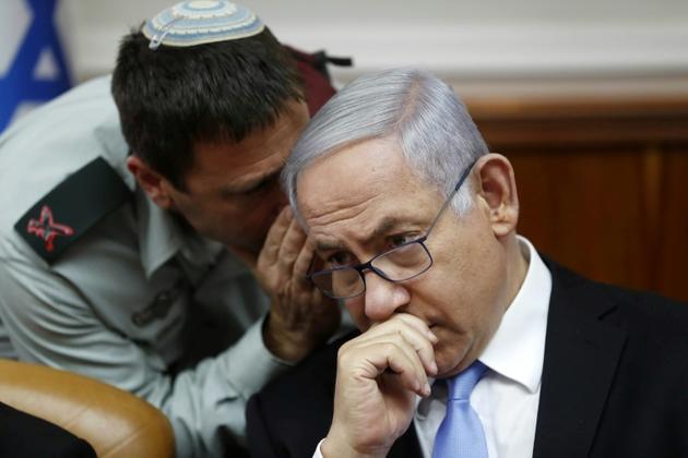 Benjamin Netanyahu écoute le brigadier général Avi Blot, à Jérusalem le 2 juin 2019  [RONEN ZVULUN / POOL/AFP]