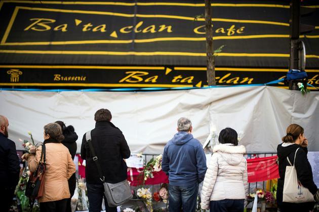 Des passants se tiennent devant la salle de concert du Bataclan, le 23 novembre 2018 [LIONEL BONAVENTURE / AFP/Archives]