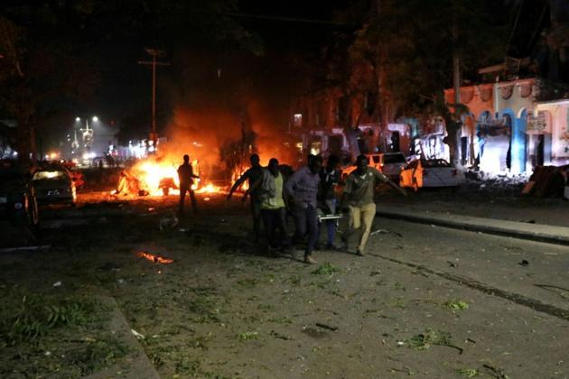 Des sauveteurs évacuent des victimes de l'explosion d'une voiture piégée à Mogadiscio, le 28 février 2019 en Somalie [Abdirazak Hussein FARAH / AFP]