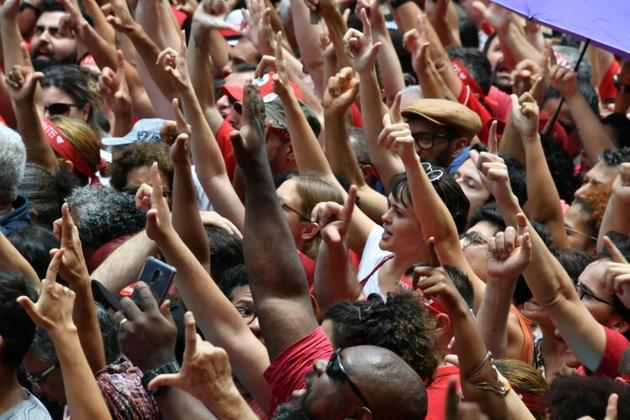 Partisans de Lula réalisant ensemble le signe