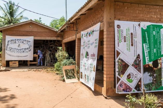 """Le bâtiment principal d'un """"agro-bootcamp"""", camp de formation à l'agro-écologie et à l'entrepreneuriat vert visant à encourager l'autosuffisance alimentaire, situé à Tori-Bossito, près de la capitale économique du Bénin, Cotonou, le 16 avril 2019. [Yanick Folly / AFP]"""