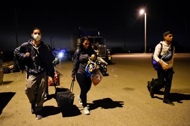 Des migrants vénézuéliens traversent la frontière entre l'Equateur et le Pérou, le 25 août 2018 [Luis ROBAYO / AFP]