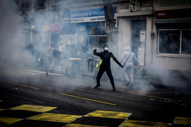 A Lyon, le 7 décembre 2018, la manifestation de lycéens s'est rapidement tendue avec des jets de pierre et de bouteilles en direction des forces de l'ordre, qui ont répondu par des gaz lacrymogènes. [JEAN-PHILIPPE KSIAZEK / AFP]