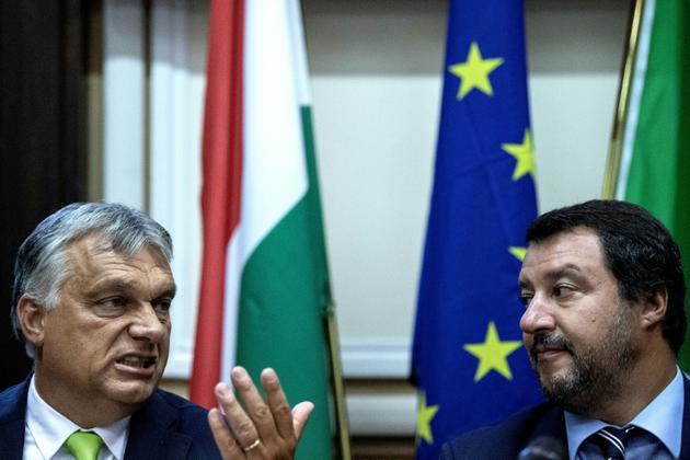 Le ministre italien de l'Intérieur Matteo Salvini (D) à côté du Premier ministre hongrois Viktor Orban lors d'une conférence de presse à Milan le 28 août 2018. [MARCO BERTORELLO / AFP]