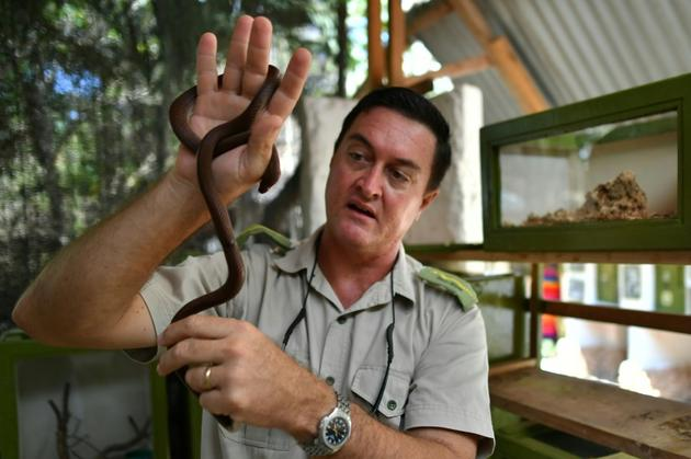 Royjan Taylor, directeur du centre Bio-ken, tient un serpent en main, le 13 février 2019 à Watamu, au Kenya [TONY KARUMBA / AFP]