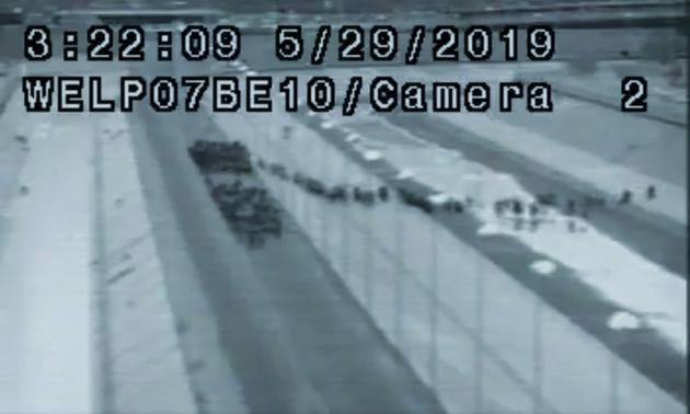 Image tirée d'une vidéo de la police américaine aux frontières et postée sur Twitter par le président Donald Trump montre un groupe de migrants traversant la frontière avec le Mexique, le 29 mai 2019  [- / US Customs and Border Protection/AFP]