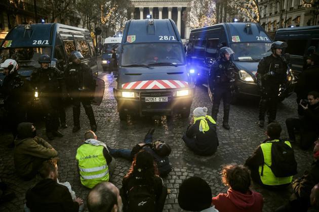 """Gendarmes et """"gilets jaunes"""" se font face près de l'Elysée, le 17 novembre 2018<br />  [Lucas BARIOULET / AFP]"""