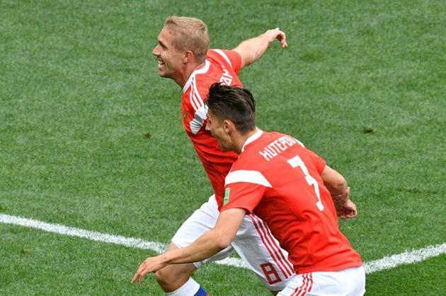 Le milieu de terrain russe Yuri Gazinskiy (g) vient de marquer le premier but du Mondial russe, le 14 juin 2018 à Moscou  [Mladen ANTONOV / AFP]