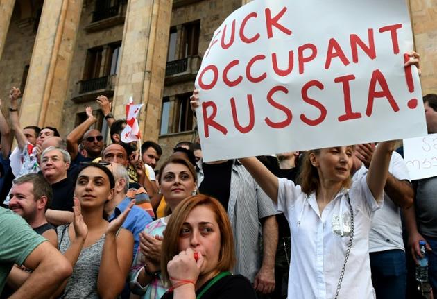 Des manifestants anti-russes devant le Parlement à Tbilissi le 23 juin 2019 [Vano Shlamov / AFP]