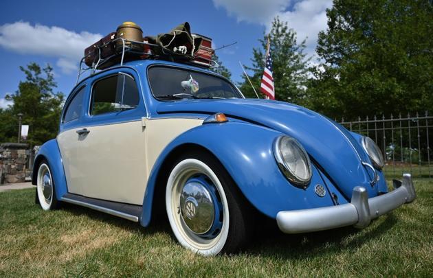 Une Volkswagen Beetle de 1964, exposée au Bethel Woods Center for the Arts, le 15 août 2019. Il y a 50 ans, ce véhicule avait fait la route vers le festival    [Angela Weiss / AFP]
