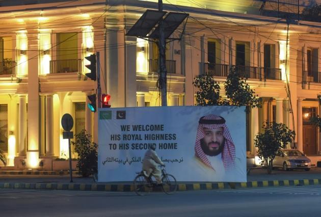 Une affiche souhaitant la bienvenue au prince héritier saoudien Mohammed ben Salmane, le 16 février 2019 à Lahore, au Pakistan [ARIF ALI / AFP]