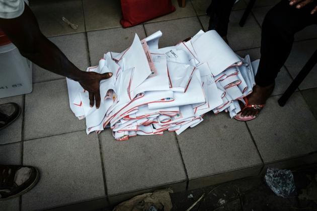 Le contenu d'une urne est vidé pour le décompte des voix lors des élections présidentielle, législatives et sénatoriales le 23 février 2019 à Port Harcourt, dans le sud du Nigeria [Yasuyoshi CHIBA / AFP]