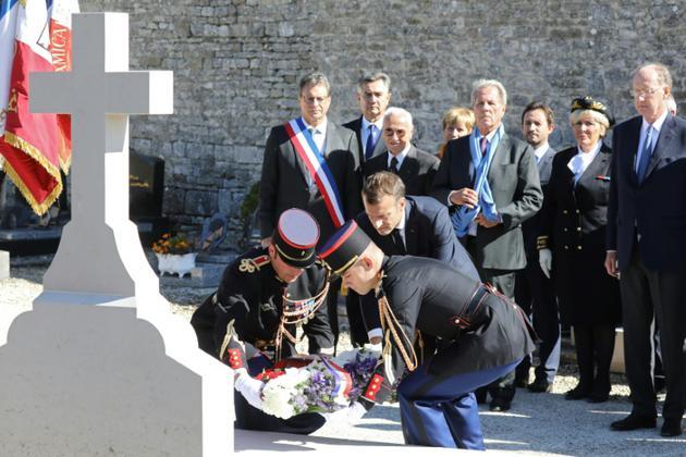 Le président Emmanuel Macron dépose une gerbe de fleurs sur la tombe du général de Gaulle, le 4 octobre 2018 à Colombey-les-Deux-Eglises [LUDOVIC MARIN / AFP]