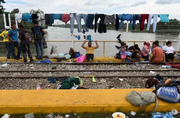 Le Mexique a autorisé lundi soir environ 400 migrants, massés depuis vendredi sur un pont frontalier avec le Guatemala, à entrer sur son territoire [ORLANDO SIERRA / AFP]