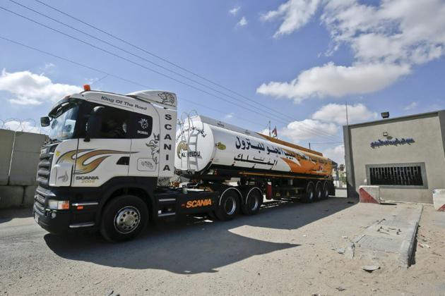Un camion chargé de fuel au point de passage de Kerem Shalom entre Israël et la bande de Gaza le 15 août 2018 [SAID KHATIB / AFP]