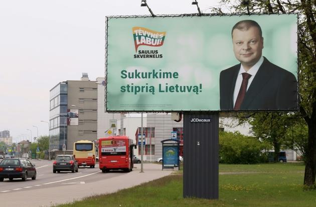 Affiche du Premier ministre lituanien et candidat à la présidentielle Saulius Skvernelis, le 11 mai 2019 à Vilnius [Petras Malukas / AFP]