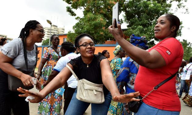 """Des Partisans de la """"dame de fer"""" ivoirienne Simone Gbagbo célèbrent sa libération, Abidjan, 8 août  2018. [ISSOUF SANOGO / AFP]"""