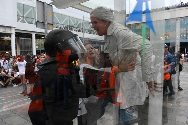Des manifestants envahissent et bloquent l'aéroport El Prat de Barcelone, le 14 octobre 2019 [Josep LAGO / AFP]