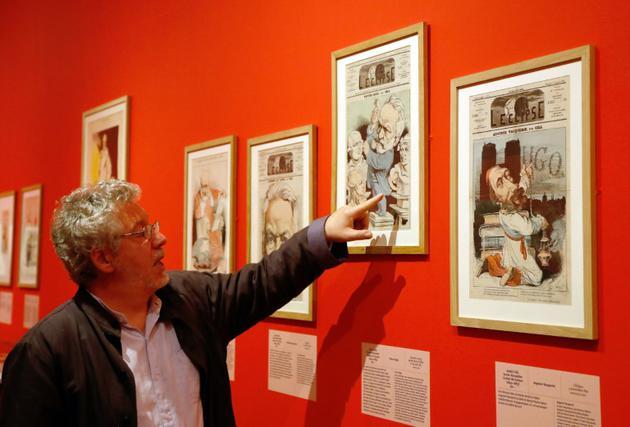 """Vincent Gille, commissaire de l'exposition """"Caricatures, Hugo à la une"""" dans la maison de Victor Hugo à Paris, le 12 septembre 2018 [FRANCOIS GUILLOT / AFP]"""