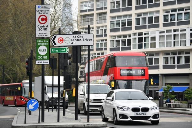 Les conducteurs de voitures à essence construites avant 2006 et de véhicules diesel construits avant 2015 devront débourser 12,50 livres par jour pour entrer dans cette zone [Ben STANSALL / AFP]