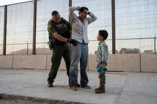 José, 27 ans, et son fils José Daniel, 6 ans, interpellés par un agent de la police aux frontières le 16 mai 2019 à El Paso, au Texas, après avoir parcouru des milliers de kilomètres au Mexique en provenance du Guatemala [Paul Ratje / AFP/Archives]